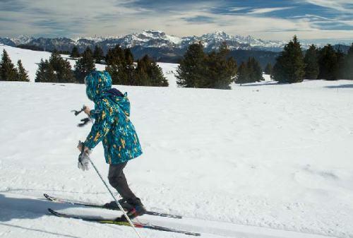 enfant-en-ski-de-fond-station-du-semnoz-en-haute-savoie