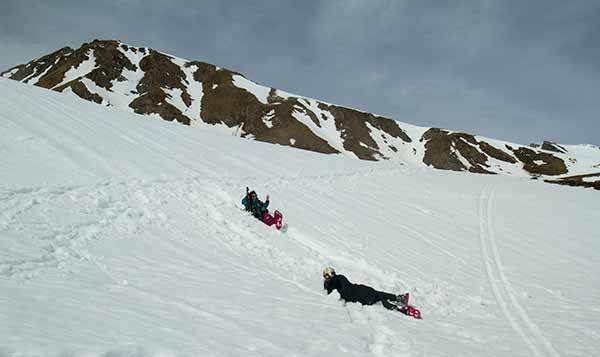 we-raquettes-Oisans-enfant-dans-neige
