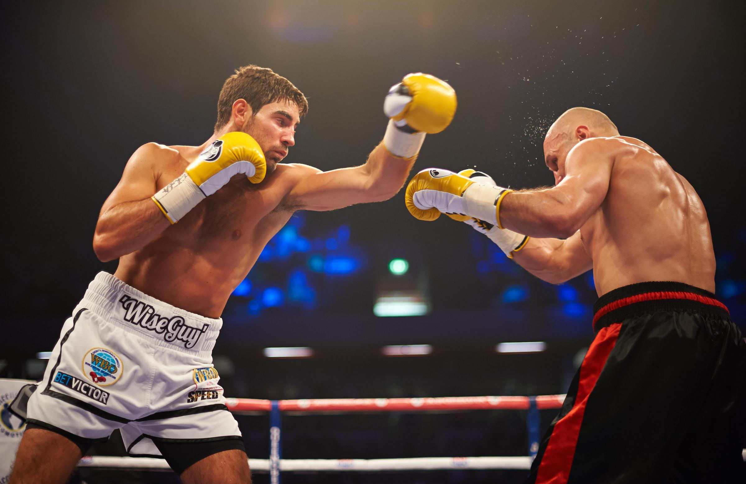 Enfield Independent: Frank Buglioni and Sergey Khomitsky go toe-to-toe. Picture: Will Cornelious