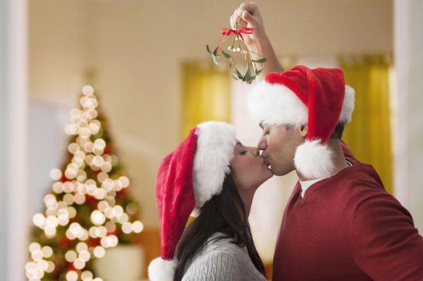 9-couple-kissing-under-mistletoe-w724