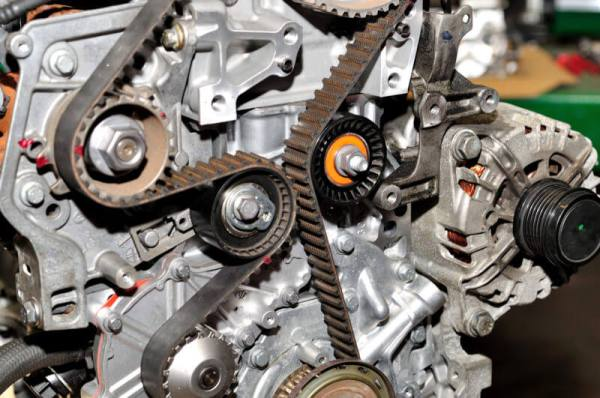 The timing belt links the camshaft to the crankshaft, which manages the pistons of the engine. As for the camshaft, it is responsible for opening and closing the valves.