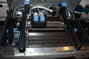 Massivbauweise: Der Mojo beherbergt rechts und links die Druckmaterialien, in der Mitte ist die Druckkammer mit den Druckköpfen.