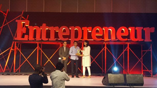 Bhavin Turakhia receiving an award from Ritu Marya, Editor in chief at Entrepreneur Media India