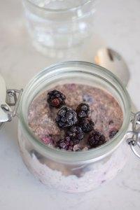 Overnight oats med vegansk yoghurt og brombær