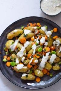 Stegt kartoffelsalat med sæsonens grøntsager og persillecreme