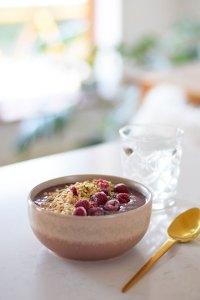 Sød smoothiebowl med bær og acaipulver