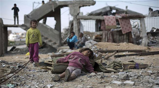 Yemeni children among rubble
