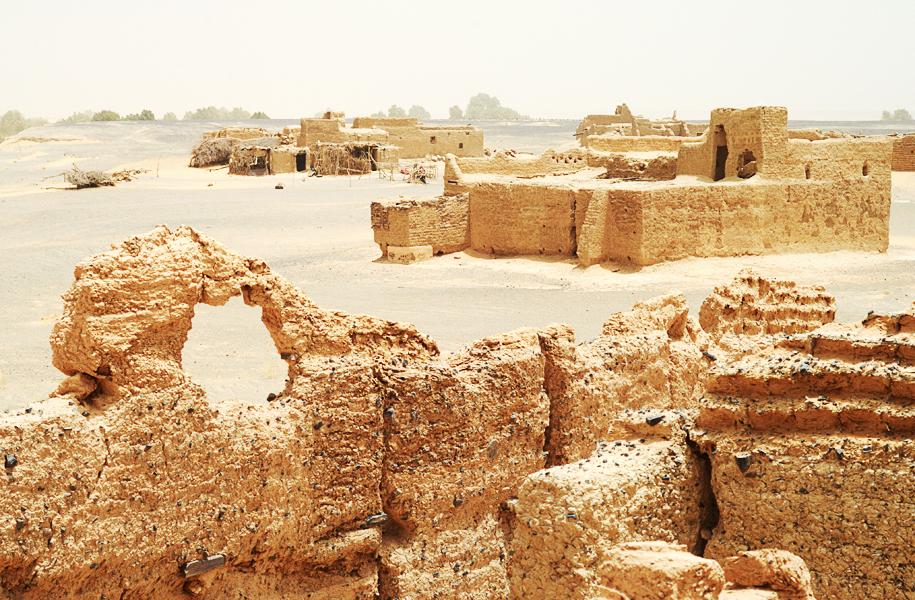 Morocco-Merzouga-sahara-desert-nomad-ruins_5941t