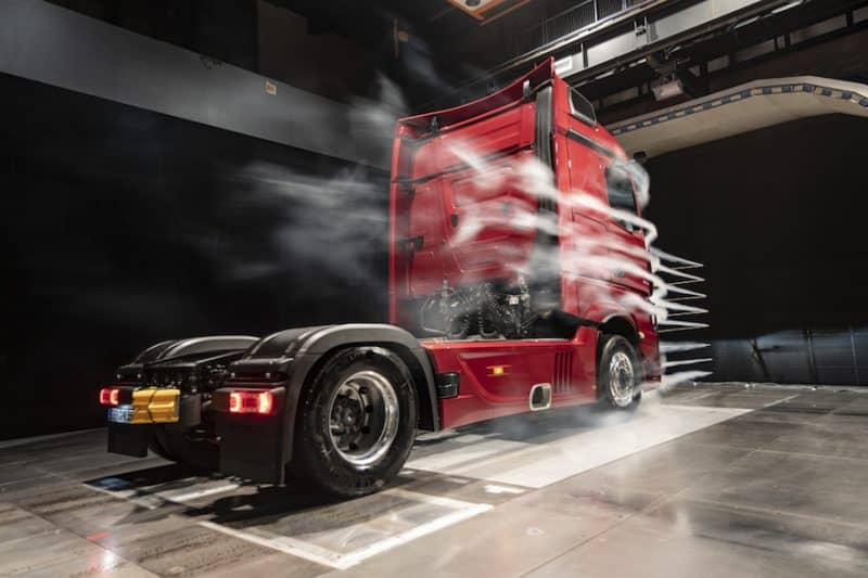 Actros in the wind tunnel. The MirrorCam, which replaces the traditional rear-view mirrors, contributes as much as 1.5 percent to the overall fuel savings of the new Actros. New concave cab side deflectors on the cab also make a contribution towards lowering the consumption.