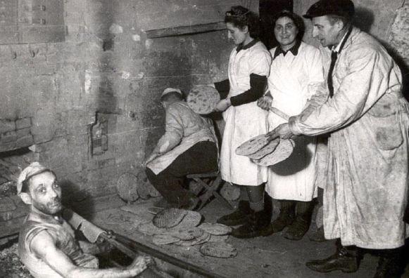 1943 - Haciendo Matzot en la oscuridad - Enlace Judío México