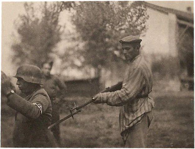 1945 - Justicia - Sobreviviente del Holocausto - Nazi de rodillas - Enlace Judío México
