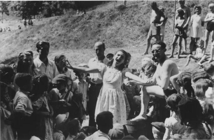 1946 - Cantando en el Campo de Muerte - Enlace Judío México