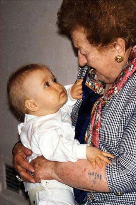 1990 - Viendo al Futuro - Sobreviviente del Holocausto con su nieto - Enlace Judío México
