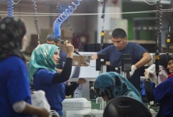 Empleados de SodaStream trabajando en la nueva fábrica del Neguev.
