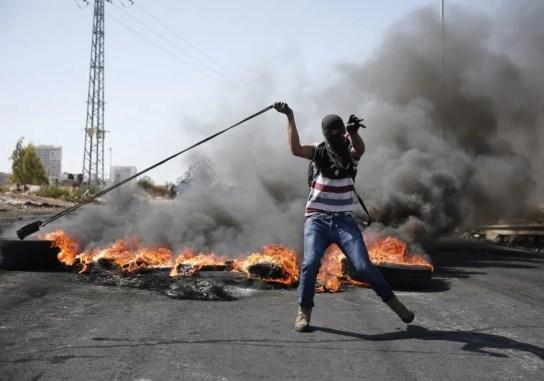 Un palestino utiliza una honda para lanzar piedras hacia las fuerzas de seguridad israelíes durante los enfrentamientos en Beit El, cerca de la ciudad cisjordana de Ramala.(Crédito de la foto: ABBAS MOMANI / AFP)