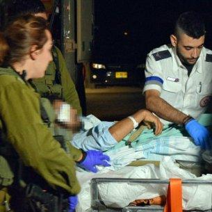 soldados IDF rescatan sirios heridos para tratamiento18