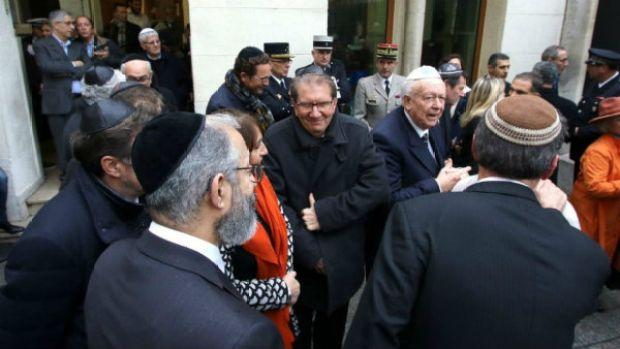 Los líderes judíos se reúnen fuera de una sinagoga en Marsella durante la visita del ministro del Interior francés Bernard Cazeneuve, 14 de enero de 2016. (AP / Claude Paris)