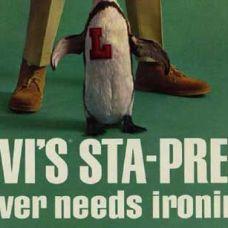 1964 VESTIDOS PARA IMPRESIONAR Levi Strauss & Co. patenta el proceso Sta-Prest® que proporciona una raya permanente y un efecto de planchado a pantalones y camisas finas. Los pantalones Sta-Prest® se reintroducen en la colección de primavera 2012 de Levi's®.