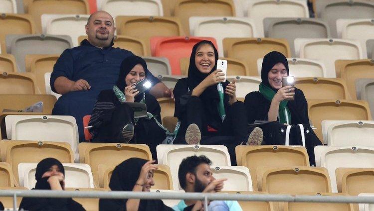 Mujeres entran por primera vez a estadio en Arabia Saudita