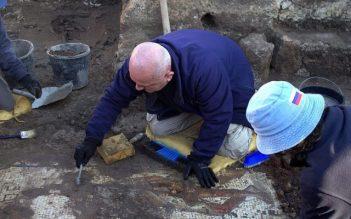 Excavación del raro mosaico romano de los siglos II-III EC, descubierto en Cesarea durante el trabajo de conservación por la Autoridad de Antigüedades de Israel. (Yitzhak Marmelstein, Autoridad de Antigüedades de Israel)