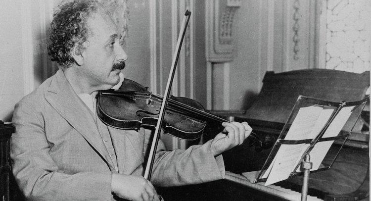 Subastan violín que perteneció al científico Albert Einstein