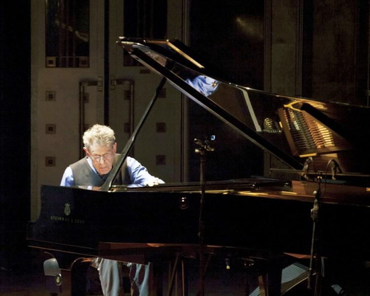 Philip Glass y Diego Luna llenaron de música y poesía el Palacio de Bellas Artes