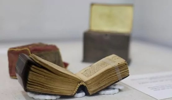 Israel exhibe Corán diminuto del siglo X