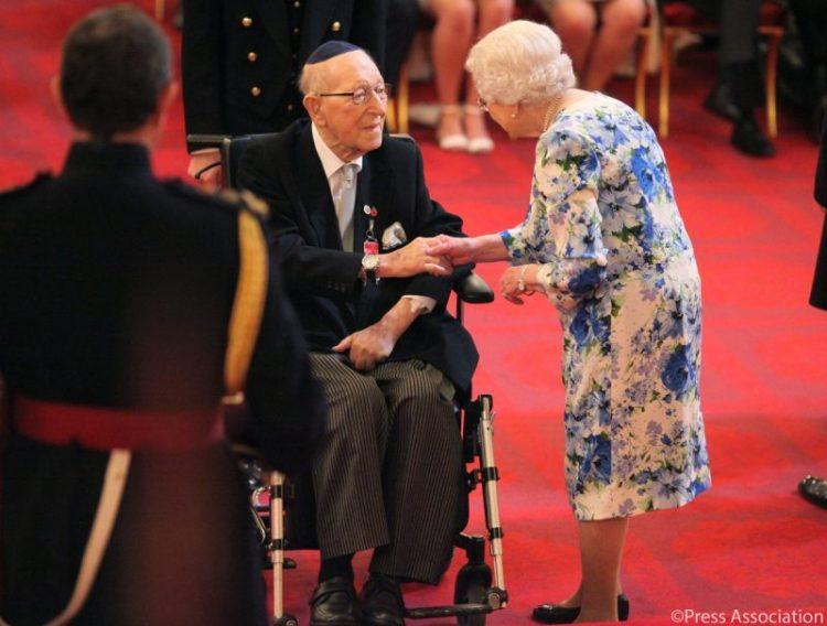 Veterano judío británico de la II Guerra Mundial de 101 años es honrado por la Reina