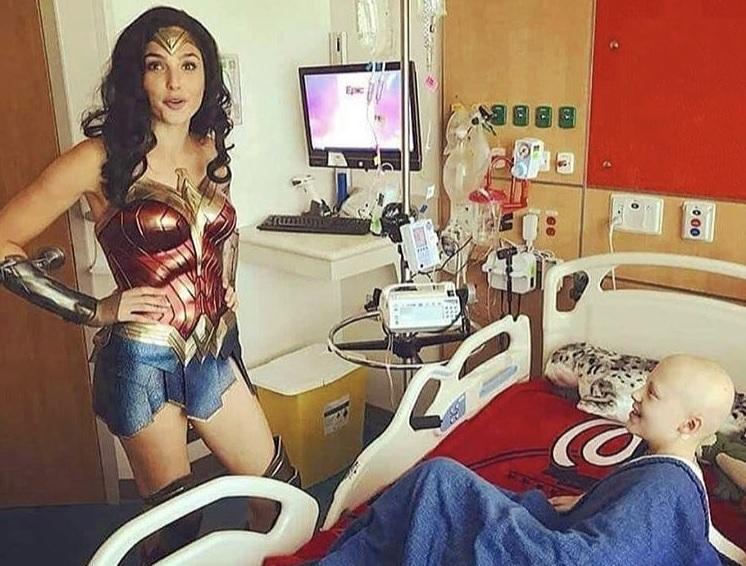 """""""La Mujer Maravilla"""", Gal Gadot, hace visita sorpresa a los pequeños de un hospital pediátrico"""