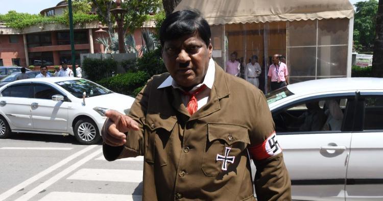 Legislador de la India se disfraza de Hitler para protestar contra gobierno