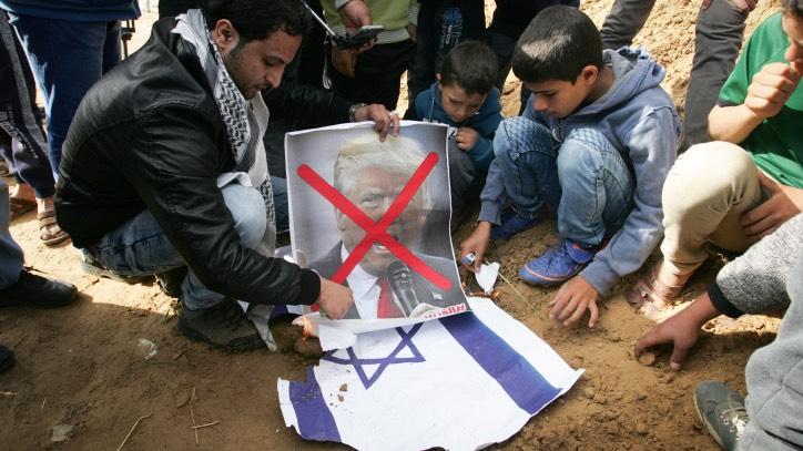 Trump a los palestinos: No muerdan las manos de los que les dan de comer