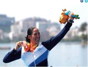 La remera paralímpica israelí Moran Samuel, con su medalla de plata en la III Copa Mundial de Remo 2019 en Rotterdam.