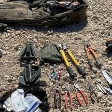 Esta foto publicada por las FDI muestra una colección de armas, que incluye rifles, lanzacohetes, granadas, cortadores audaces y cuchillos llevados por cuatro habitantes de Gaza que intentaron cruzar la frontera hacia Israel, 10 de agosto de 2019. (Fuerzas de Defensa de Israel)