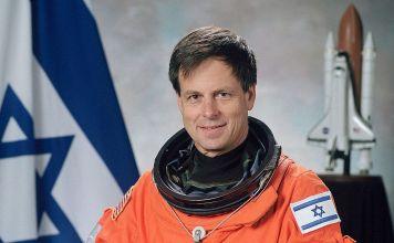Ilan Ramon, fue piloto de combate, coronel en el ejercito de Israel, Jefe de la Subdivisión de aeronaves y el primer astronauta de bandera israelí.