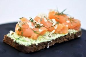 Te traemos una receta para preparar salmón ahumado lax, una receta muy nordica que es sencilla, fresca y que seguro te va a encantar.