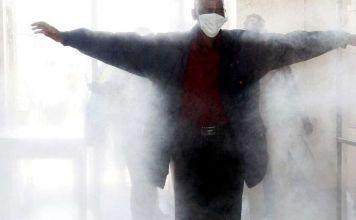 El estadio Bloomfield instaló un túnel para rociar a los jugadores de fútbol con una fina niebla desinfectante para prevenir la propagación de COVID-19