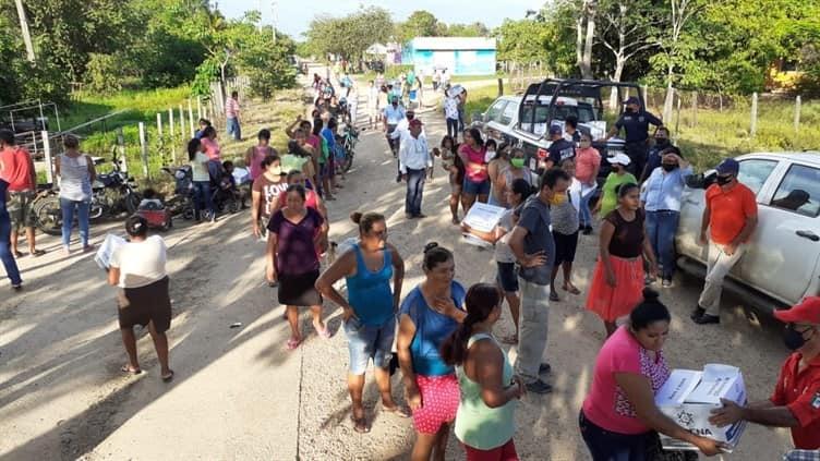 La fundación CADENA de la comunidad judía en México entregando ayuda en las comunidades afectadas en Tabasco.