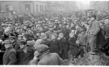 Médicos y miembros del consejo judío lograron reducir una epidemia de tifus en el gueto de Varsovia ocupado en Polonia, el gueto nazi más grande durante la Segunda Guerra Mundial.
