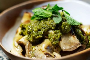 Te traemos una receta de Berenjena a la parrilla con Chermoula, es una salsa fantástica del norte de África que marida perfecto con la berenjena