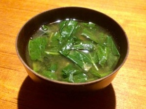 Esta receta de Sopa Khubez Sopa de Malva, es muy tradicional entre las familias judías antiguas de Jerusalém. Se reúnen para buscar la malva silvestre