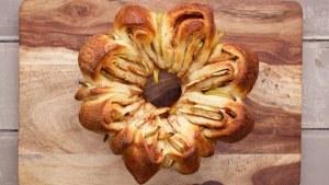 Esta es una de nuestras recetas de jalá favoritas., simplemente grita Rosh Hashaná, esperamos que disfrutes de esta jalá de manzana y dátil.