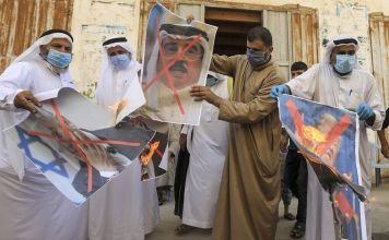 Palestinos en la Franja de Gaza quemaron una foto del gobernante de Baréin el sábado en protesta por el acuerdo de normalización con Israel