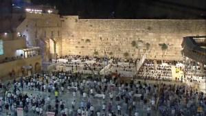 A pocas horas de celebrarse Rosh Hashaná miles de judíos llegaron al Kotel en Jerusalén para llevar a cabo el tradicional rezo de Selijot