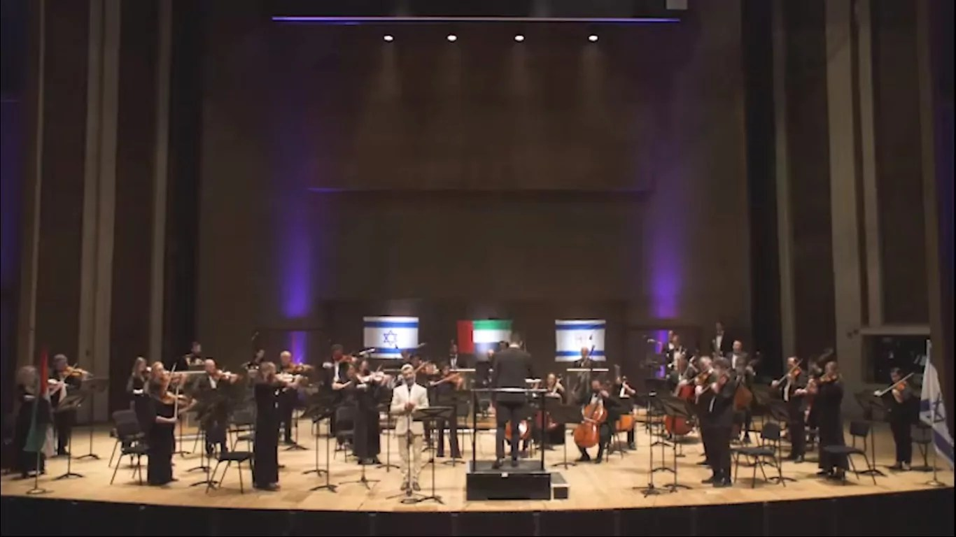 La Orquesta Sinfónica de Jerusalén grabó una interpretación especial del himno de los EAU en árabe, interpretada por el cantante Ziv Yehezkel