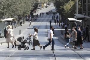Hombres y mujeres cruzan la calle en Israel