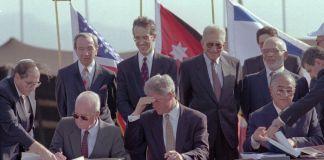 Firma del tratado de paz entre Israel y Jordania y como testigo el presidente norteamericano Bill Clinton