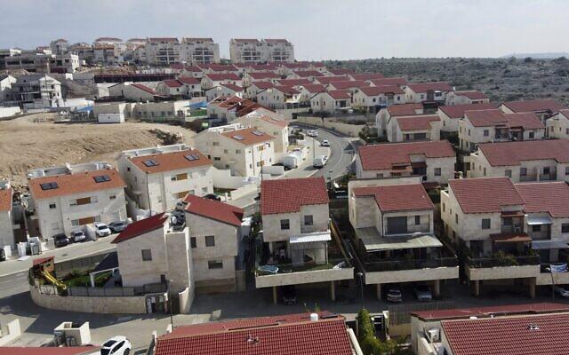 vista de una población con casas blancas de 2 o tres pisos con tejados rojoss