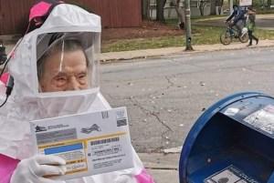 Fotografía de la activista judía estadounidense Beatrice Lumpkin depositando su voto en un buzón de correo