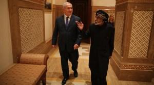 El primer ministro de Israel, Benjamín Netanyahu, con el fallecido sultán de Omán, Qaboos bin Said al Said