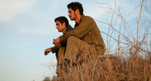 """Fotografía tomada durante el rodaje de la serie israelí """"Valley of tears"""" que muestra a dos de sus personajes"""